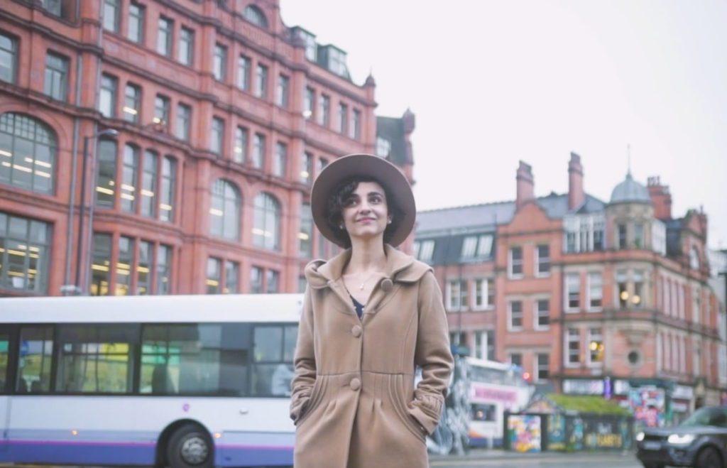 Ганира идет по улице Манчестера