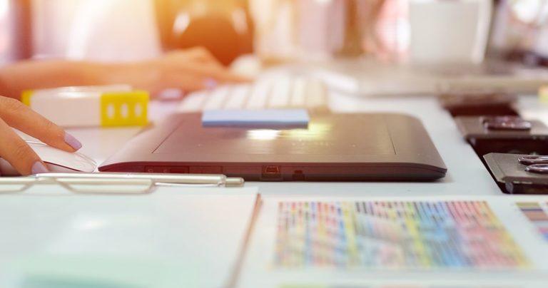 Руки девушки, работающей за ноутбуком