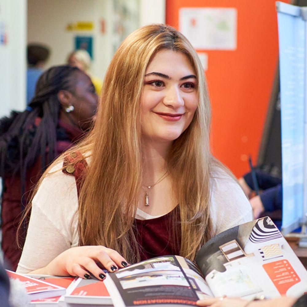 Девушка на университетской ярмарке в школе BSC в Лондоне