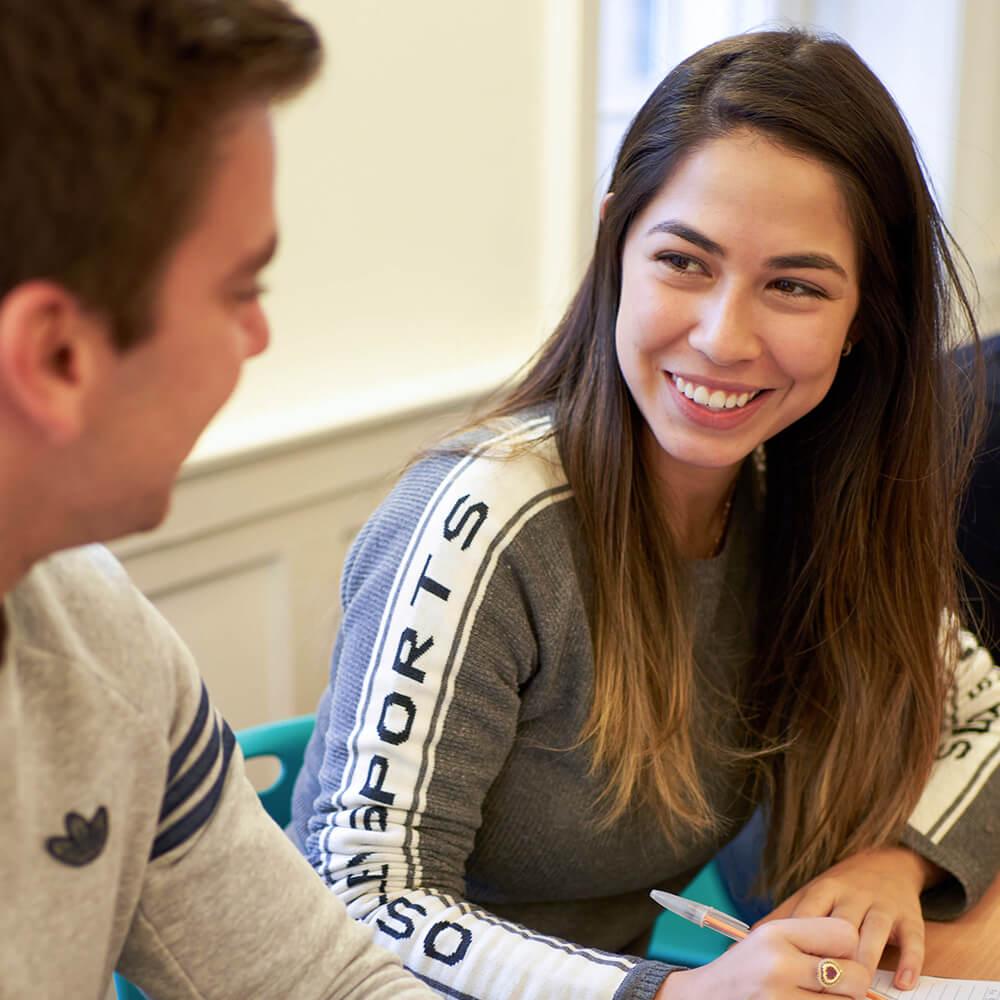Двое учащихся занимаются английским в учебном кабинете