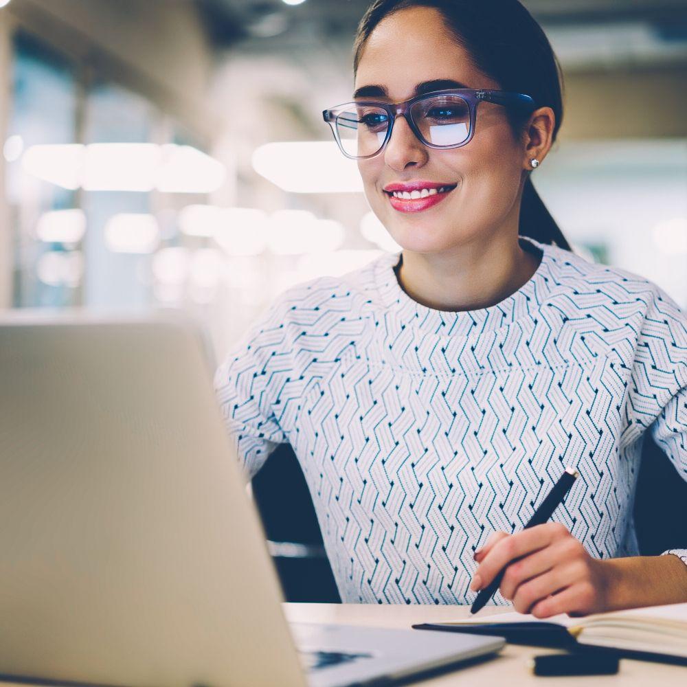 Деловая женщина изучает английский через компьютер