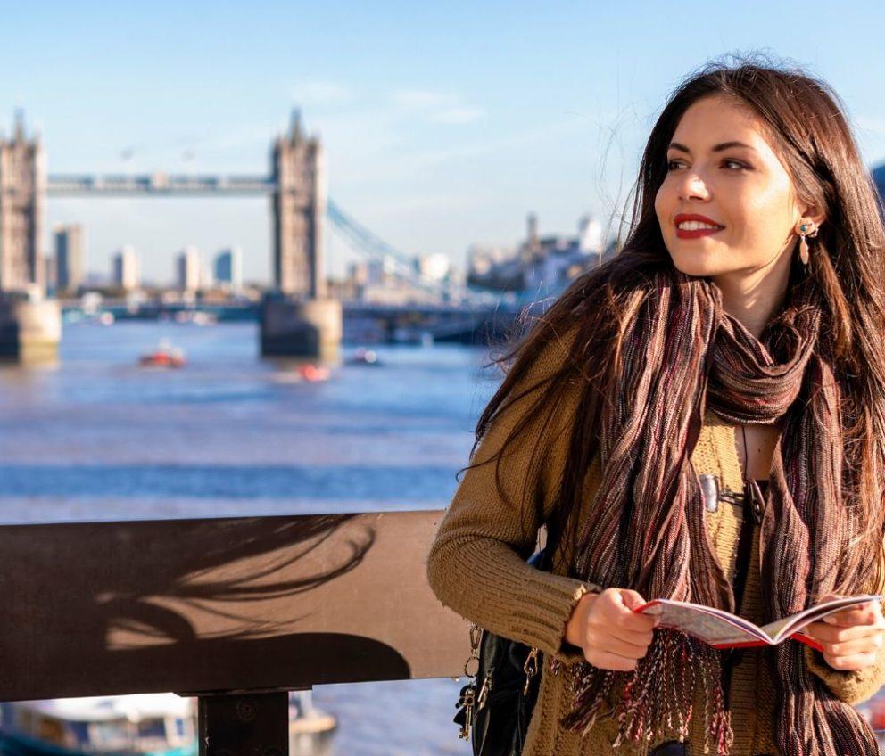 Женщина в Лондоне рядом с Тауэрским мостом