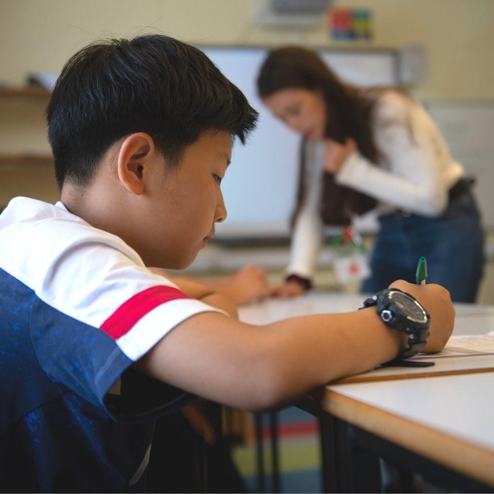 Мальчик изучает английский в летнем лагере интенсивного изучения BSC
