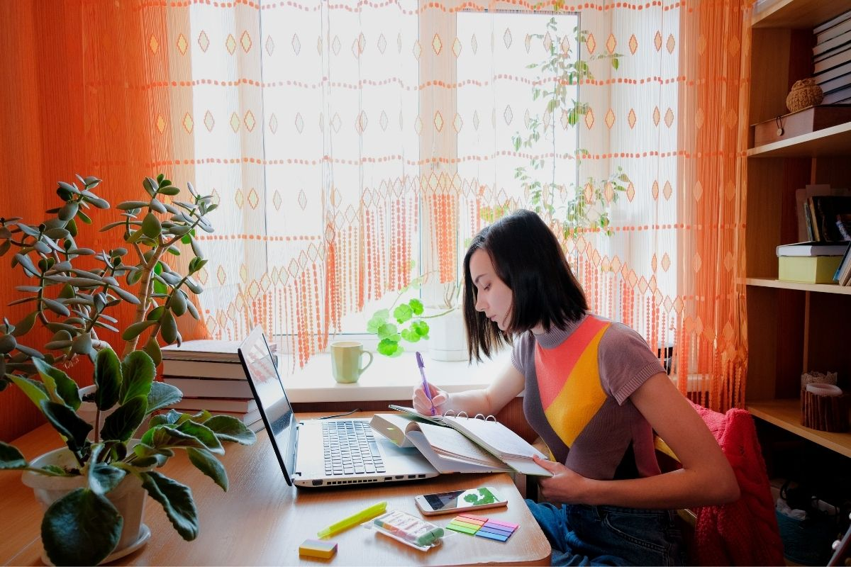 Girl in jumper takes TEFL course online