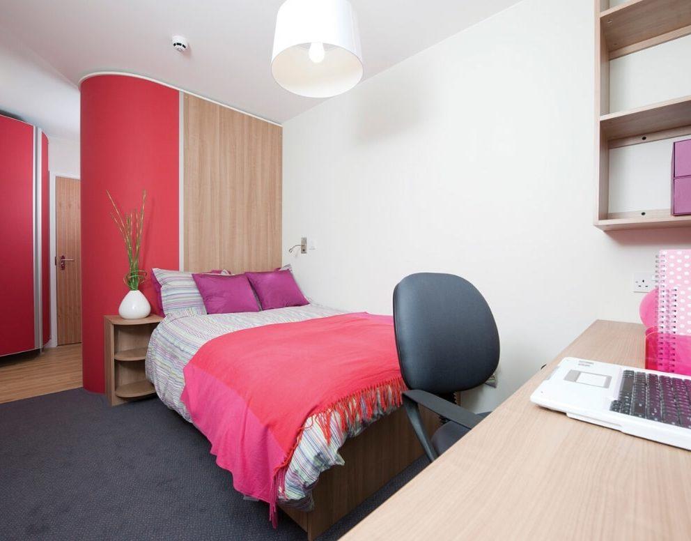 quarto temático em rosa na residência Oxford Slade Park