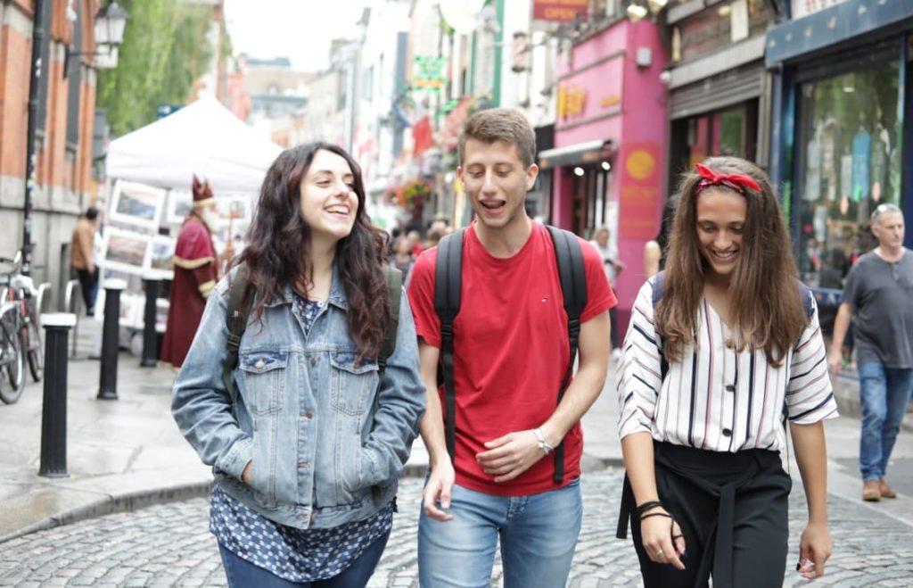 Estudantes da BSC Dublin caminhando por Temple Bar