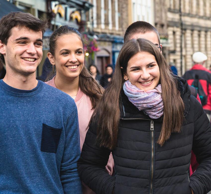 Um grupo de adolescentes em uma rua de Edimburgo