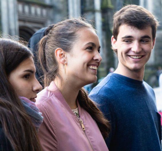 estudantes em uma rua de Edimburgo