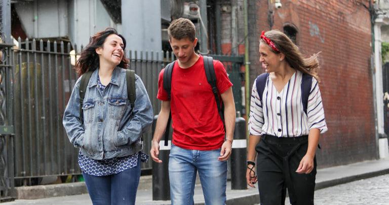 Estudantes da BSC Dublin caminhando pelo distrito de Temple Bar