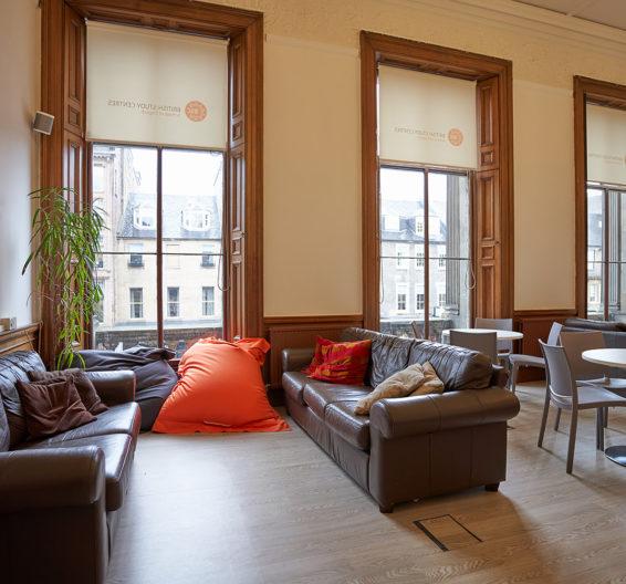 Vista da sala de estudantes na BSC Edimburgo com sofás, mesas e cadeiras