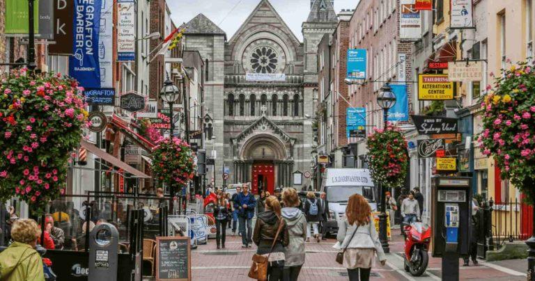 Rua de compras movimentada em Dublin