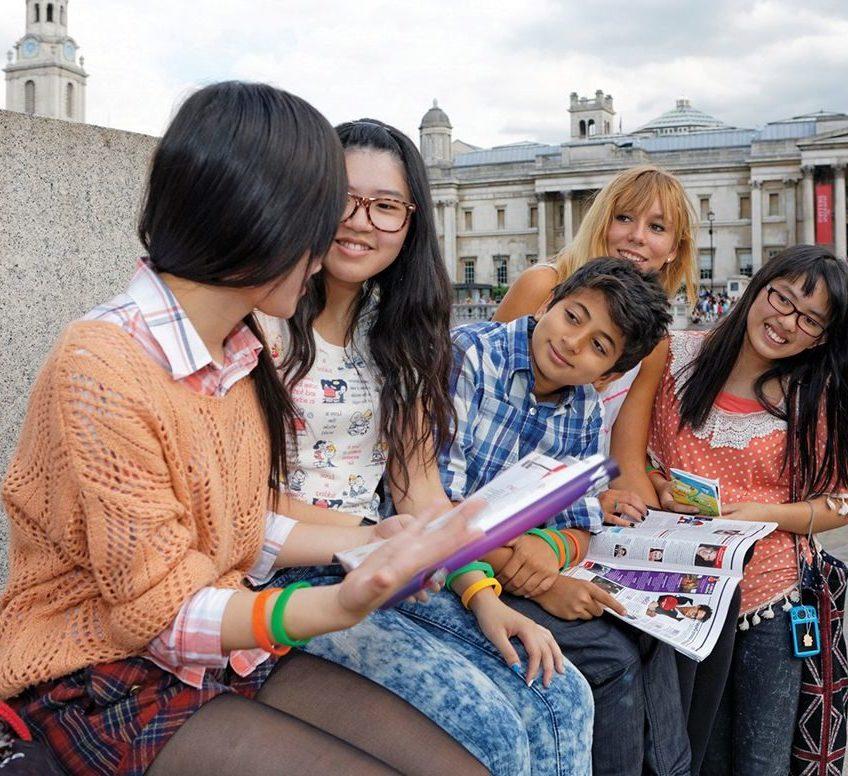 Um grupo de estudantes falando na parte externa da National Gallery de Londres