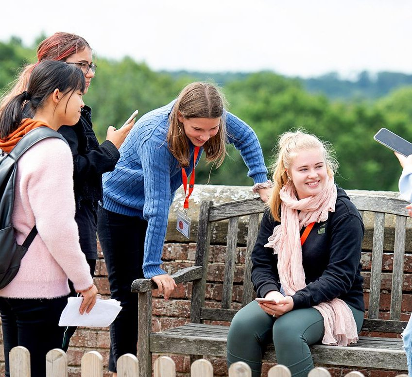 Um grupo de estudantes sorrindo ao ar livre em Dublin.