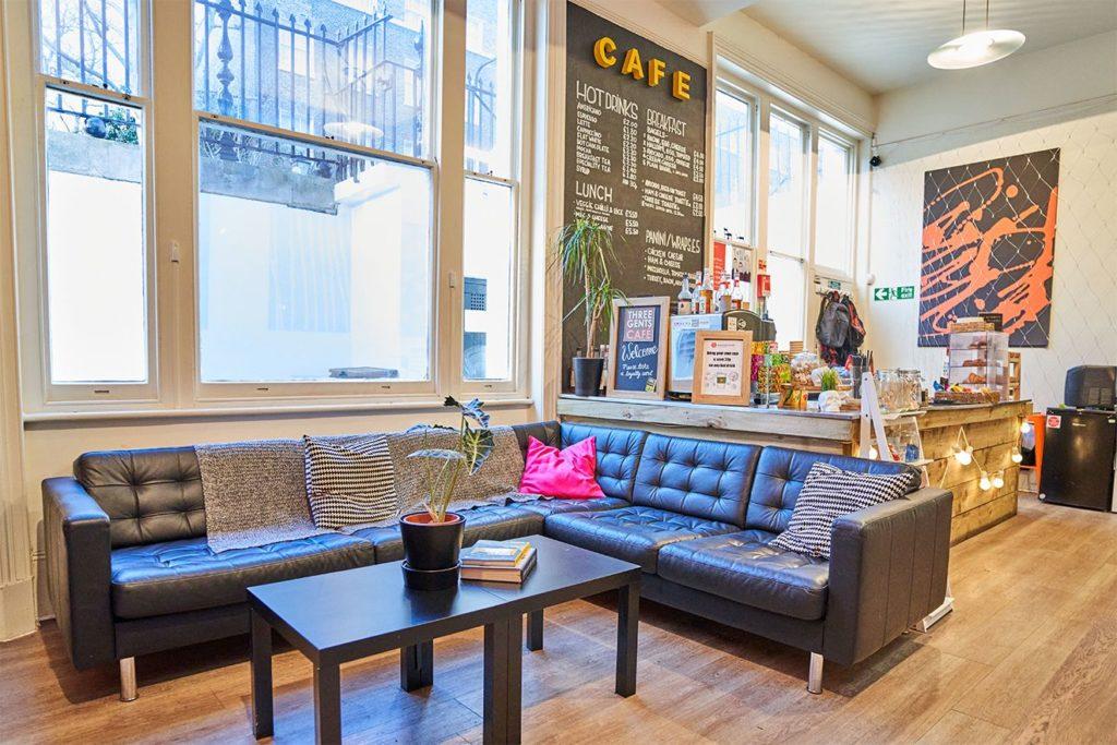 Vista de um sofá e do balcão no café na BSC Londres