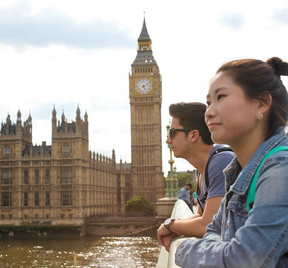 Dois estudantes olham para o rio Tâmisa, com o Big Ben ao fundo