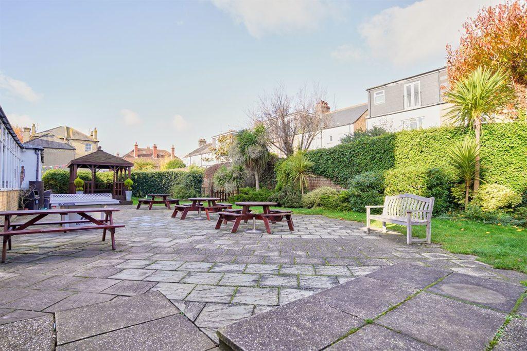 O pátio e o jardim do lado de fora da BSC Brighton