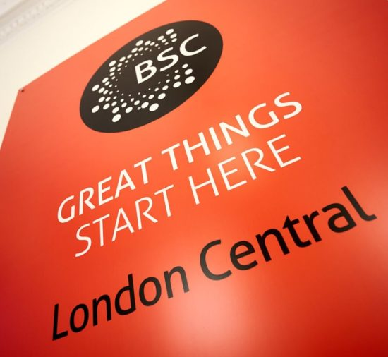 Letreiro da BSC na BSC Londres