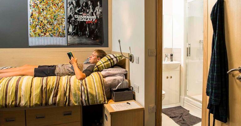 Un ragazzo sdraiato sul letto in una sistemazione del Wycliffe College