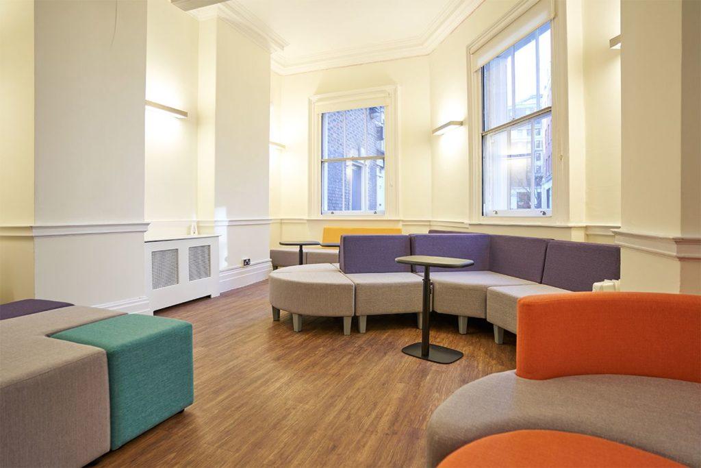 Sala luminosa con sedute colorate al BSC London