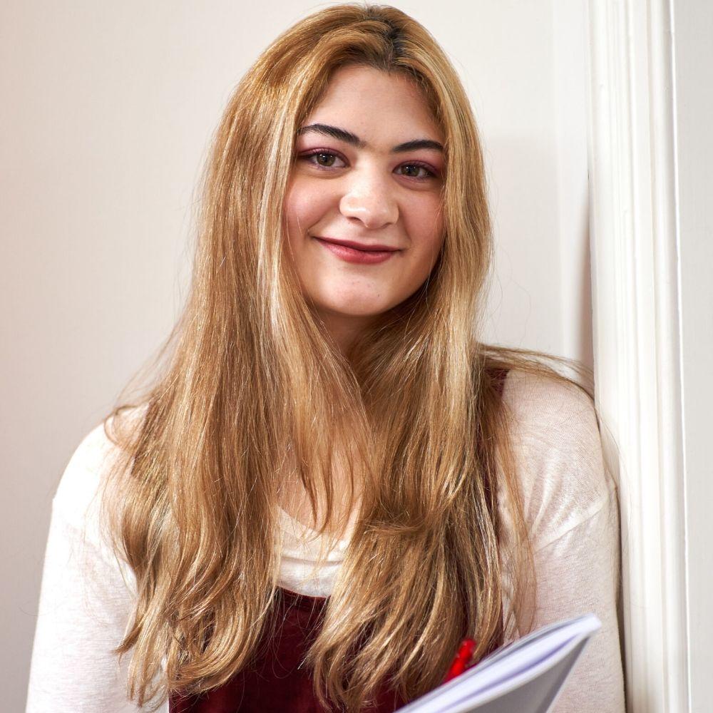 Девушка прислонилась к стене в школе BSC в Лондоне