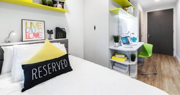 Студенческое жилое помещение в Дублине с кроватью и стулом