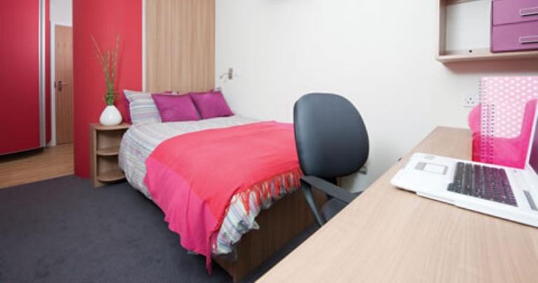 Студенческое жилое помещение в Оксфорде с кроватью и столом
