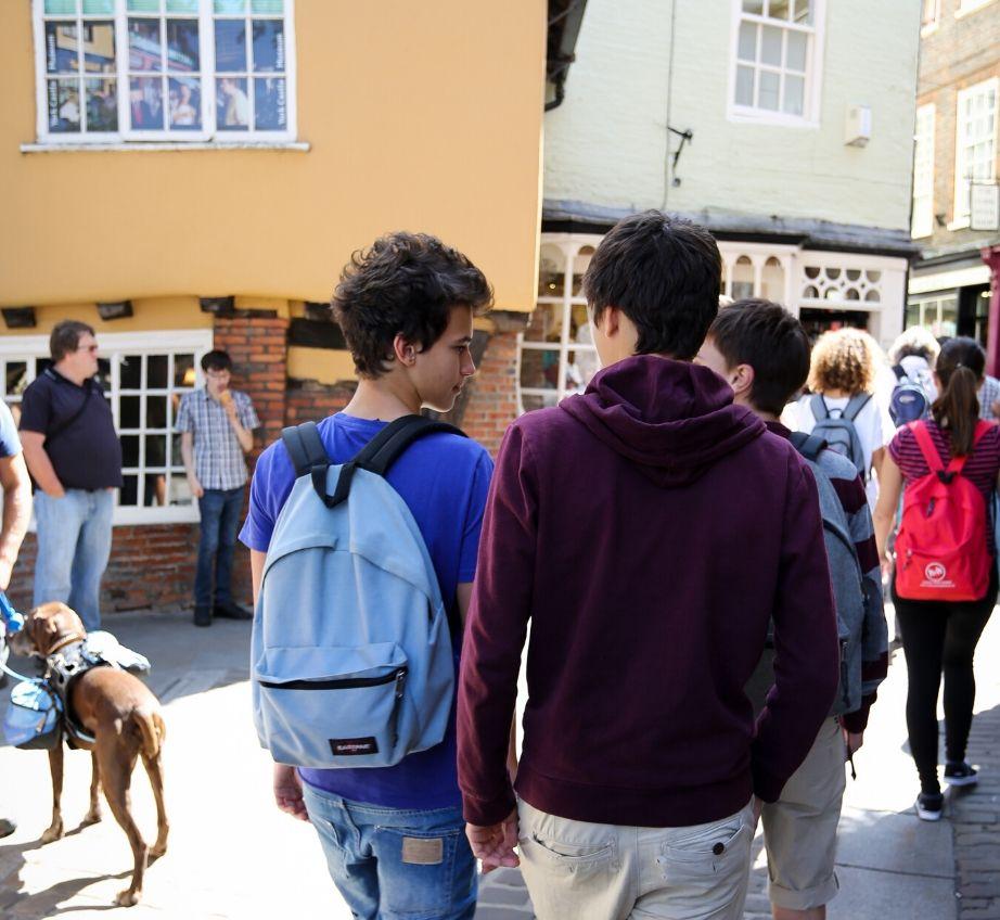 Улыбающиеся учащиеся гуляют по Йорку