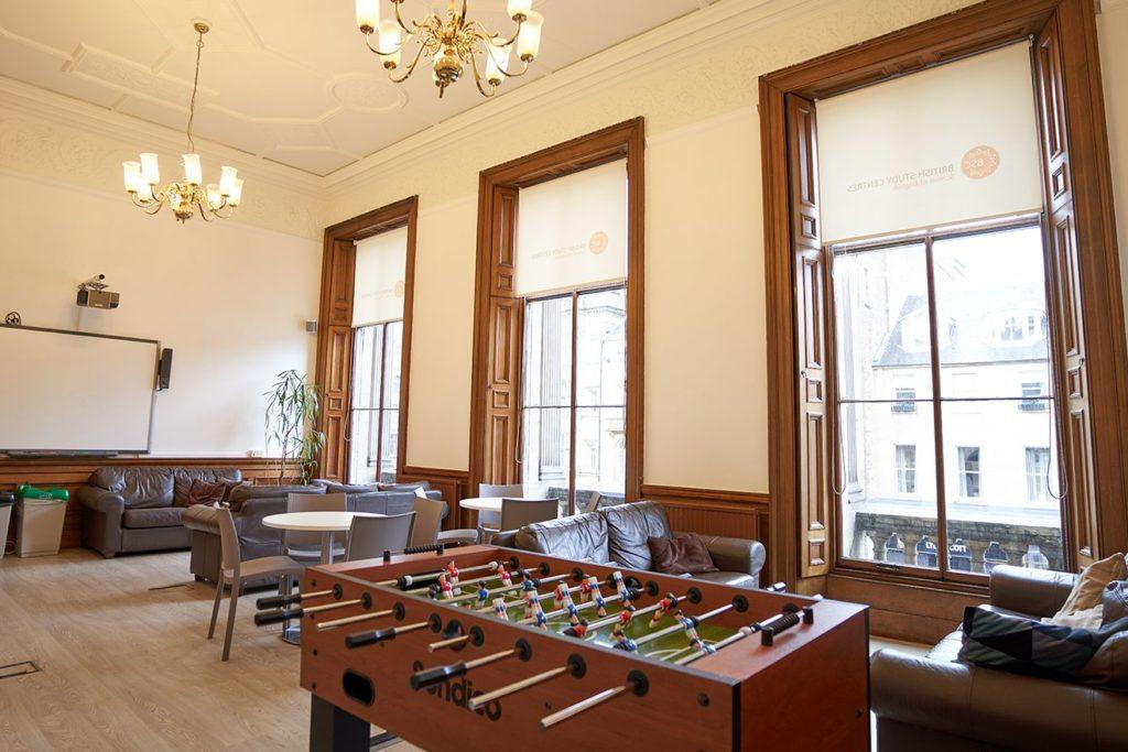 Комната отдыха учащихся школы BSC в Эдинбурге с диванами и настольным футболом