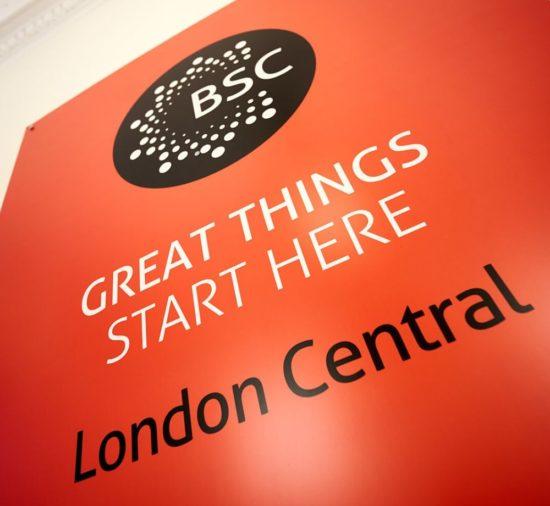 Знак BSC в школе BSC в Лондоне