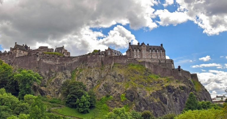 Photo du château d'Édimbourg prise du pied de la colline