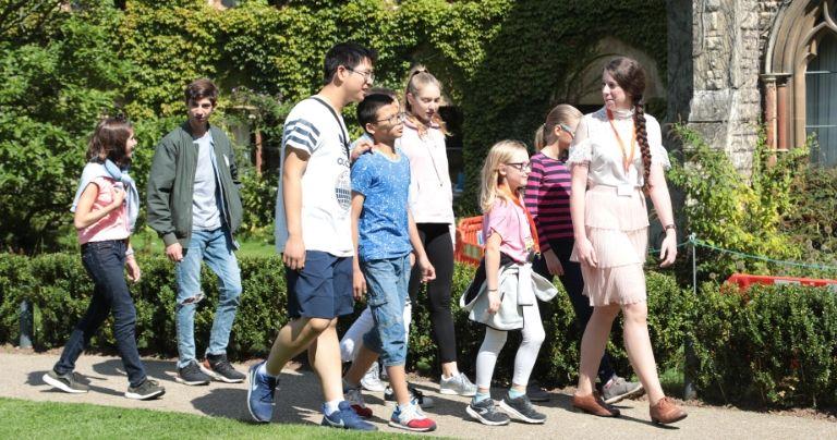 Groupe d'étudiants se promenant le long d'édifices historiques
