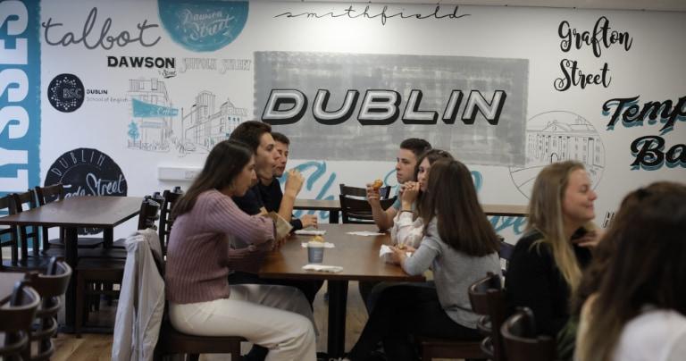 Des étudiants discutent dans le salon du BSC Dublin