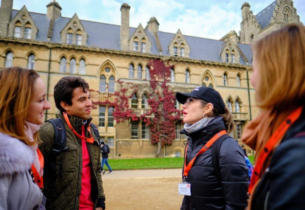 Des étudiants visitent à pied le campus de l'université d'Oxford
