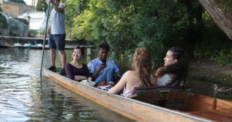 Des étudiants sur une barque traditionnelle d'Oxford (punt) dans le cadre du programme socioculturel du BSC Oxford
