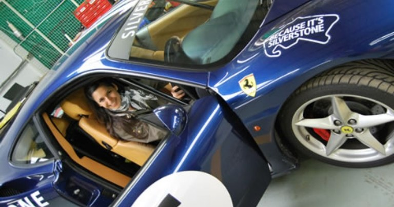 Une femme assise dans une voiture de course dans le cadre du programme socioculturel du BSC Oxford