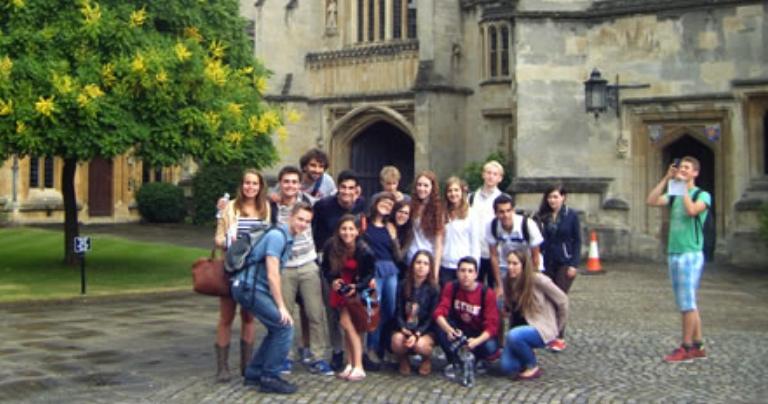 Étudiants du programme socioculturel du BSC Oxford, devant le Magdalen College