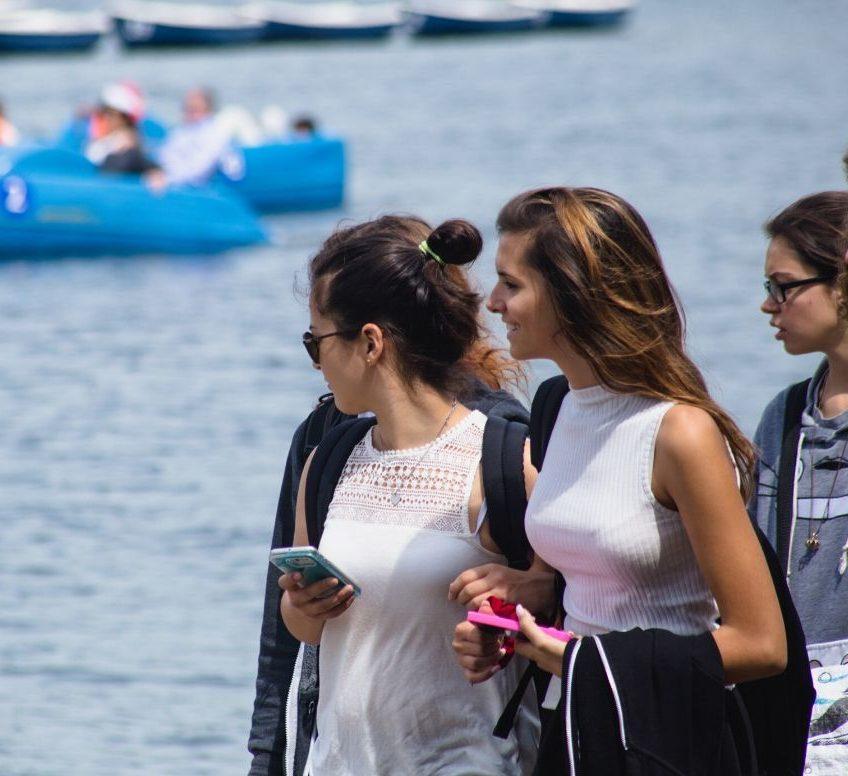 Étudiants marchant au bord de l'eau