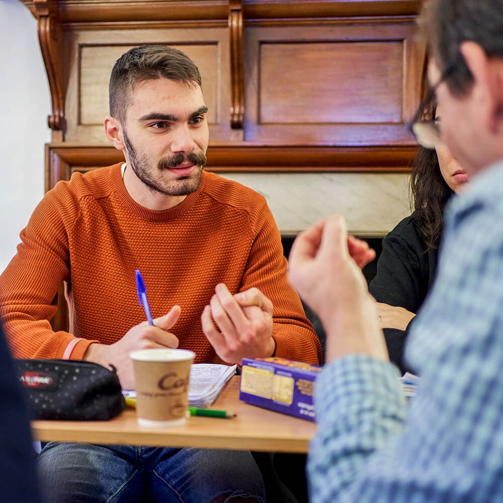 Étudiants en cours avec leur enseignant