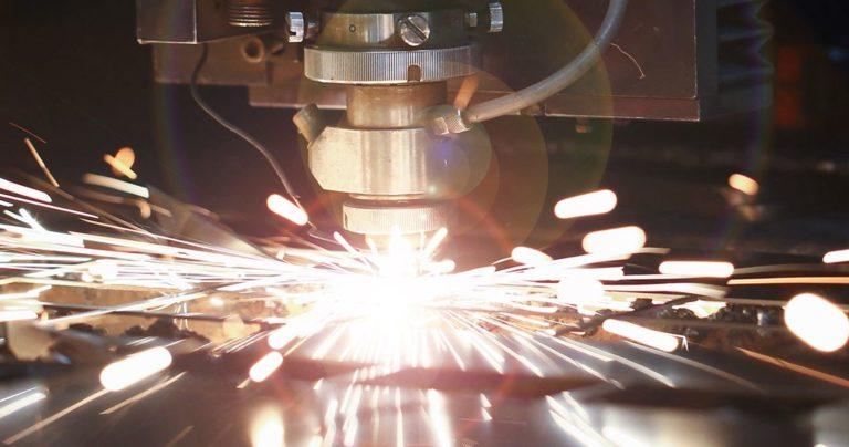 Des étincelles volent pendant l'utilisation d'un équipement industriel
