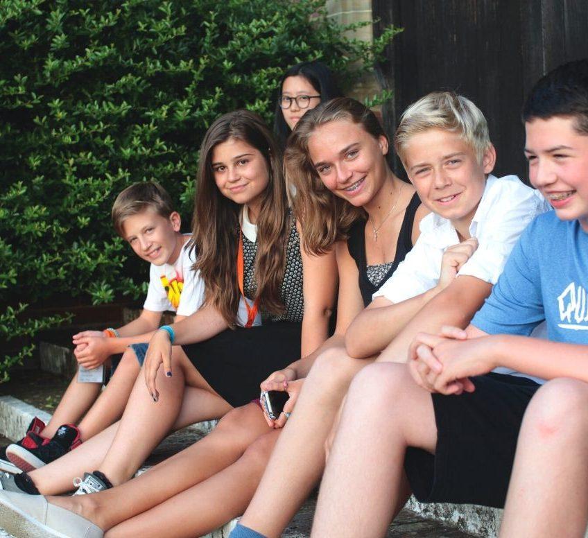 Un groupe d'étudiants souriants devant le Loretto School.