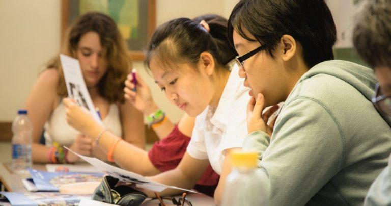 Jeunes étudiantes souriant en classe