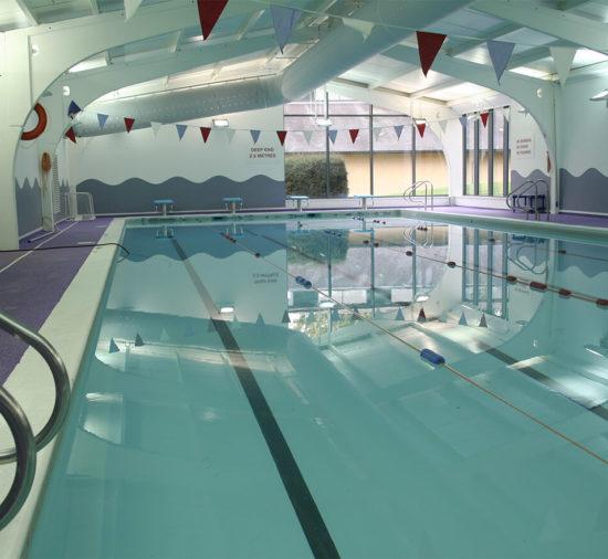 La piscina cubierta en la escuela de verano Wycliffe College