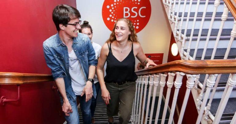 Estudiantes subiendo la escalera de la escuela de BSC en Edimburgo