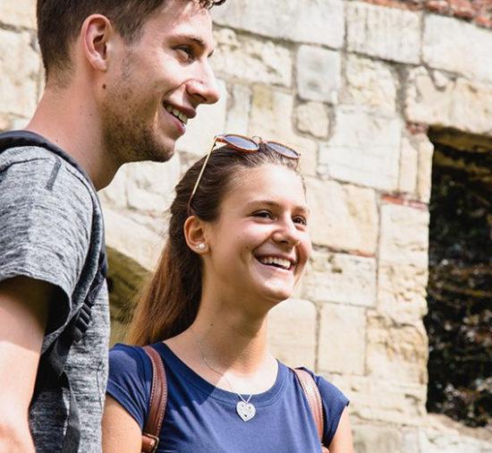 dos estudiantes riendo al aire libre en York