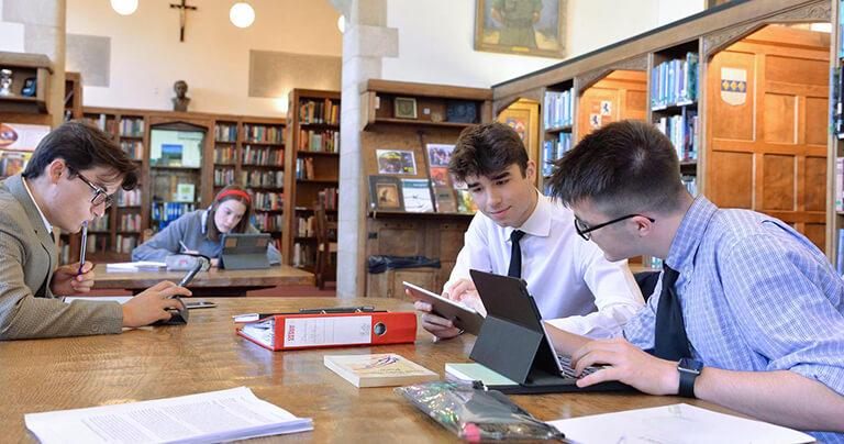 Estudiantes trabajando en la biblioteca de Ampleforth