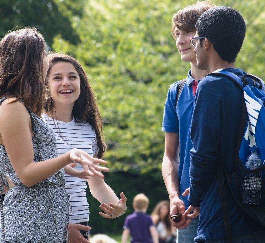 un grupo de cuatro estudiantes riendo al aire libre en Dublín