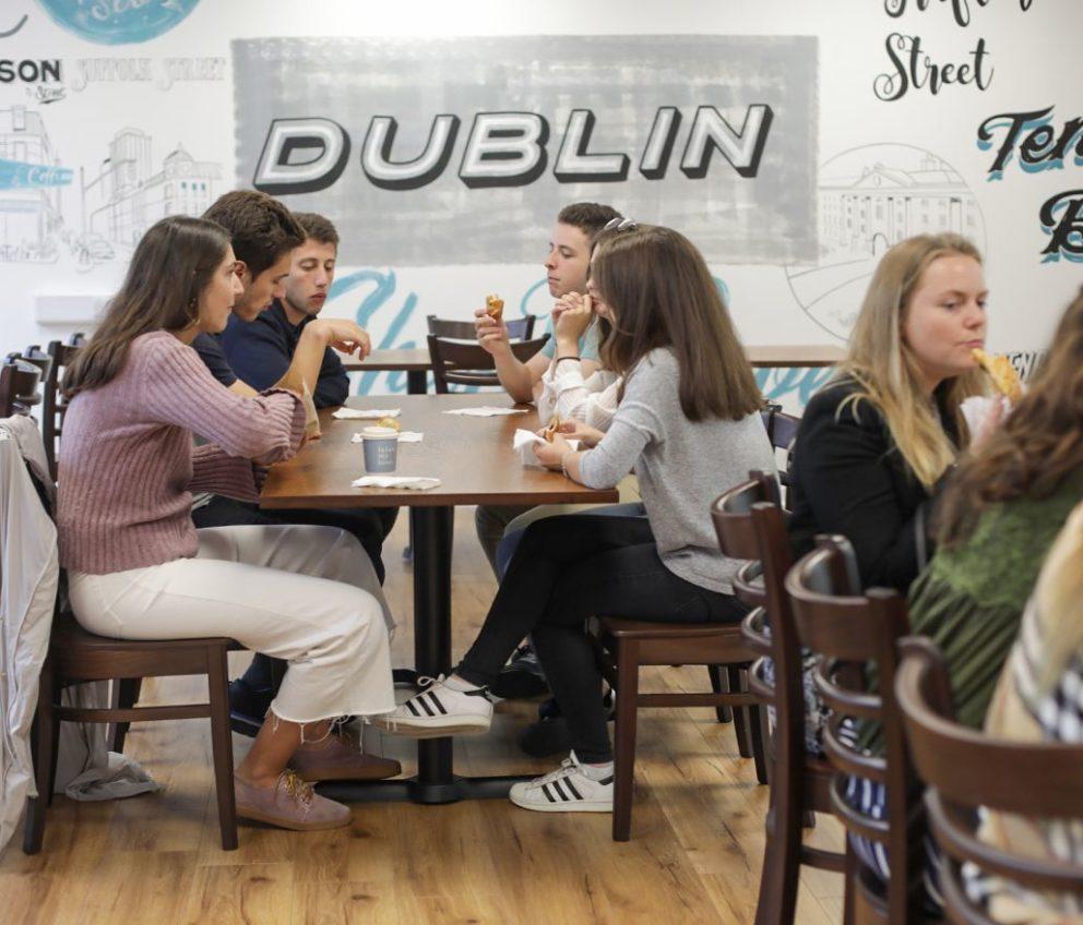 estudiantes relajándose en la cafetería de la escuela de BSC en Dublín