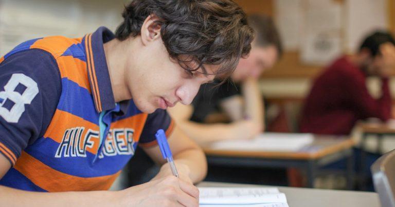 Estudiante de programa preuniversitario en clase