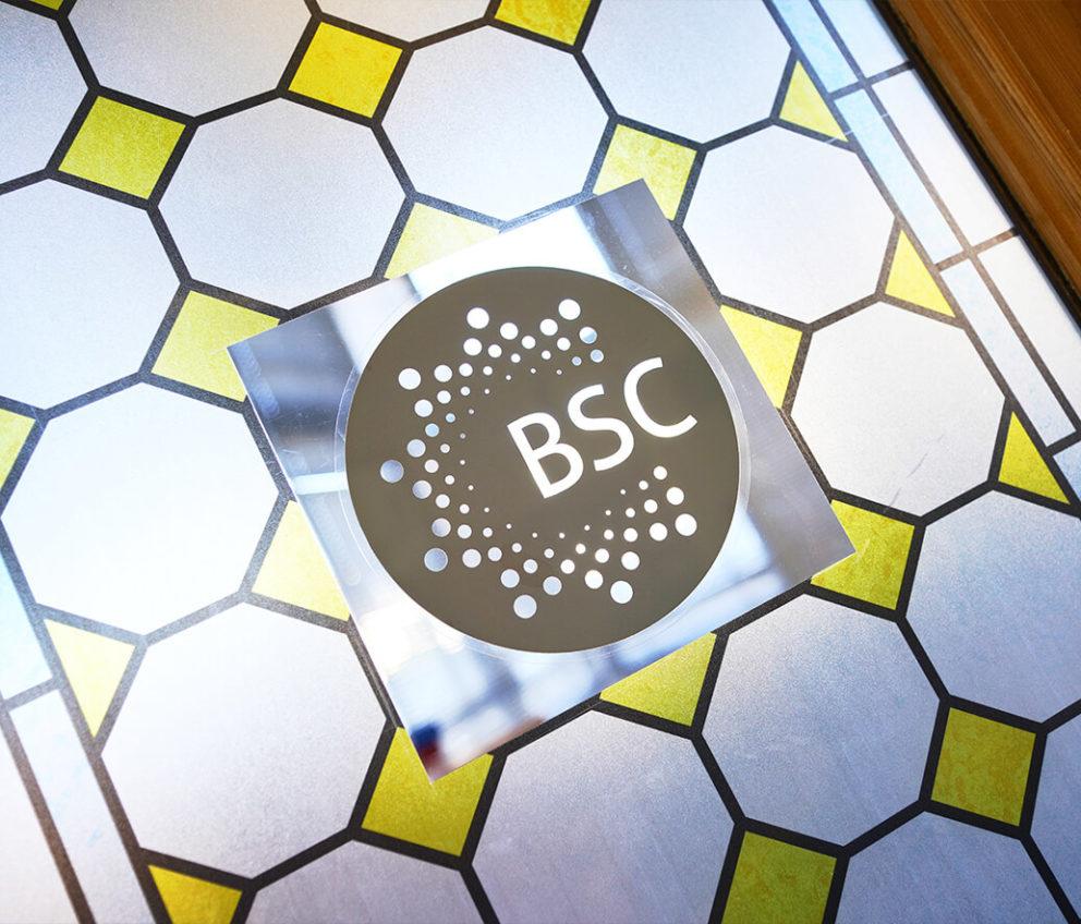 Ventana decorativa en la escuela de BSC en Brighton