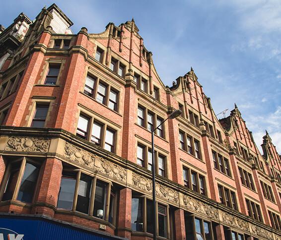 Vista desde abajo de la escuela de inglés de BSC en Manchester